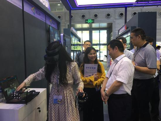 武汉市委宣传部部长张世华一行莅临和思易展位参观指导