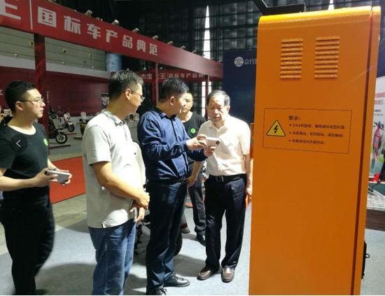 e换电工作人员向行业领导介绍e换电产品