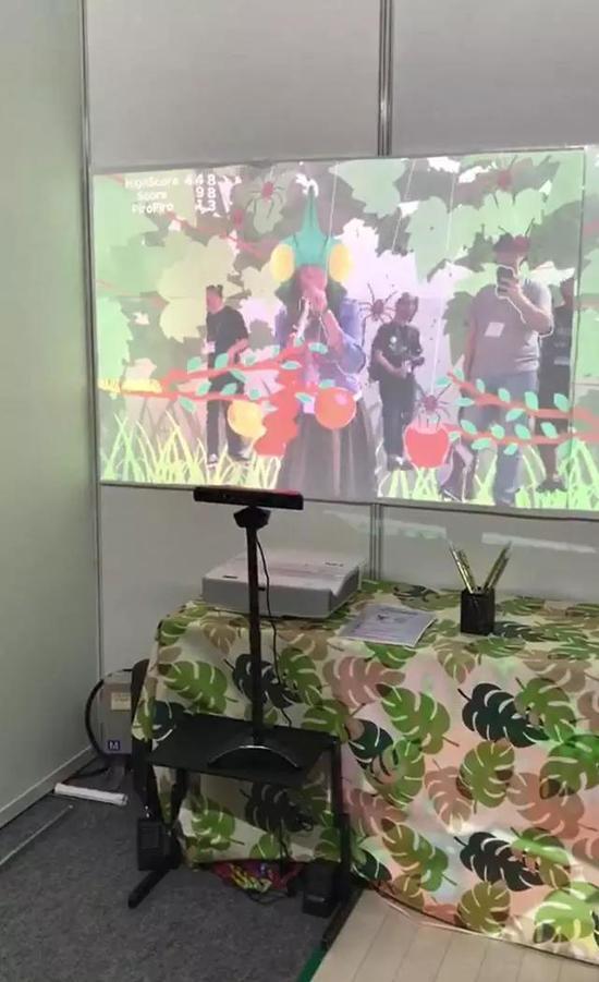 用Kinect提供动作捕捉,用吹气卷进行游戏的捉虫游戏(学生作品)