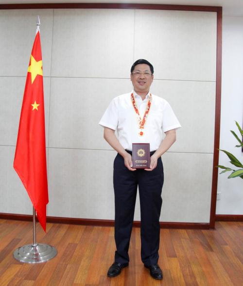 """范天铭荣获""""庆祝中华人民共和国成立70周年""""纪念章"""