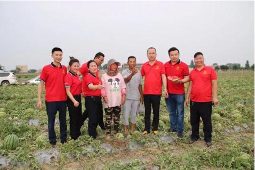 图:红瑞集团河北公司总经理李文刚带领红瑞员工与受灾瓜农合影