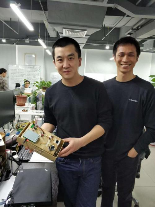 (第一代米家锁Demo样机手板诞生,左大李同学(我)、右工程师)