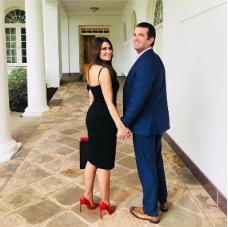 Kimberly和小特朗普携手共赴白宫参加独立日活动