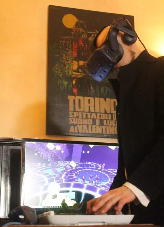 Enea玩VR音乐游戏放松,当起了DJ