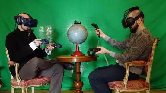 Enea(左)与同事(右)在VR中交流