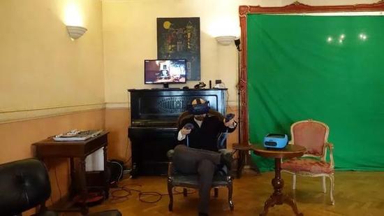 Enea在自己的工作室戴着Vive Pro专业版开发VR内容