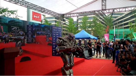 为贴合主题,定向赛的开赛仪式上邀请来了一个明星机器人泰坦作为主持嘉宾。