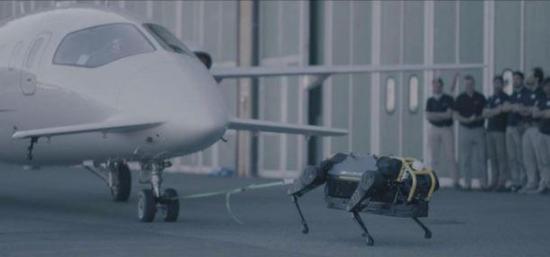 太壮观了 一个Hyqreal机器狗拉动一架3吨重的飞机
