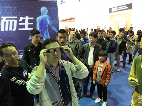 2018江西VR/AR<a href=http://delhi69.com/news/kjcy/ target=_blank class=infotextkey>产业</a>博览会观众体验灵犀AR眼镜
