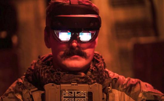 杰克·菲特(Jack Fitter)下士正在穿戴微軟HoloLens 2