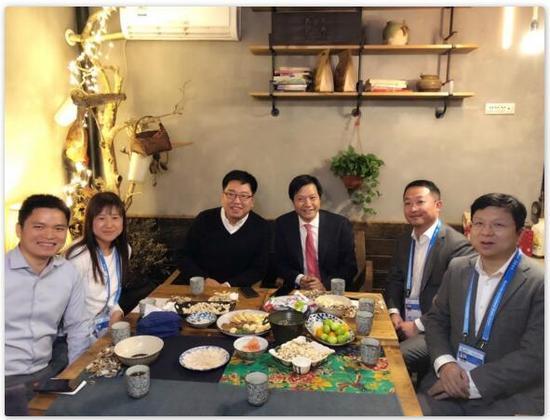 图片说明:雷军(左四)组的饭局上有不少新面孔