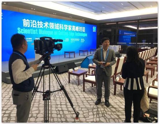 图片说明:宿华在乌镇现场接受采访