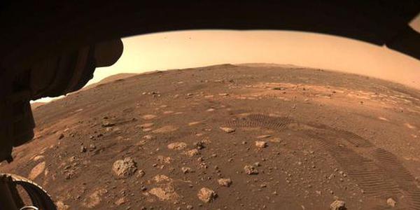 """美国""""毅力""""号火星车首次在火星探测"""