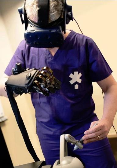 Haptx手套有触觉反馈,医生可以进行模拟手术