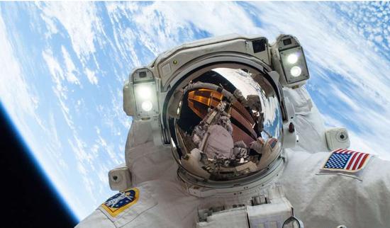 加拿大利用VR训练宇航员 进行太空飞行对人眼感知改变的研究