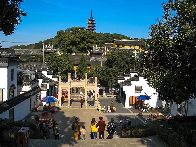 嵌入太湖的半岛的光福古镇,镇中有座1500多年历史的铜观音寺