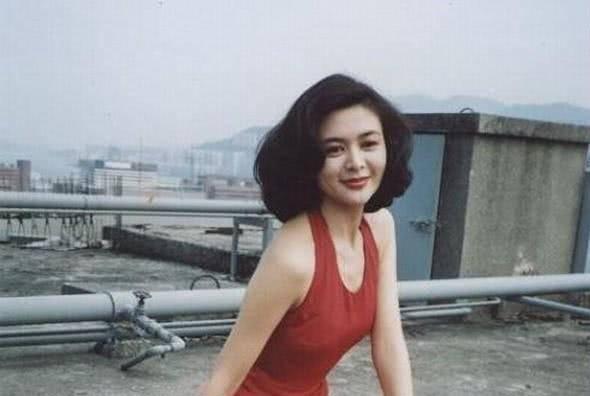 她长相漂亮气质复古,18岁开始恋情不断,如今58岁却风韵犹存