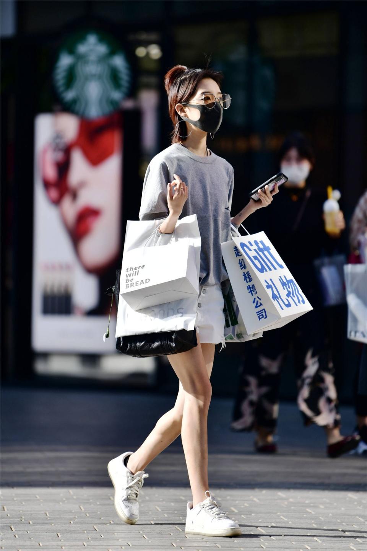 穿着平底鞋的姑娘,她们还没有学会穿高跟鞋么?不过逛街很轻松