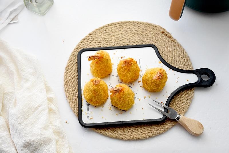 夏天的小土豆又香又软面,蒸一蒸炸一炸,最合小孩子心意,抢着吃