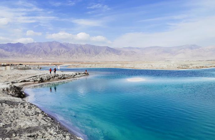自驾青甘大环线,去看宝石翡翠般的盐湖,沙漠中的千年石窟