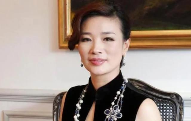 浙江女首富胡洁:与坐牢的前夫离婚再嫁周立波,如今52岁过得怎样?