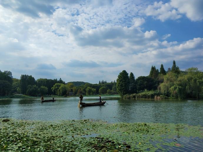 【无锡】太湖鼋头渚,实拍渔民划船撒网捕鱼场景