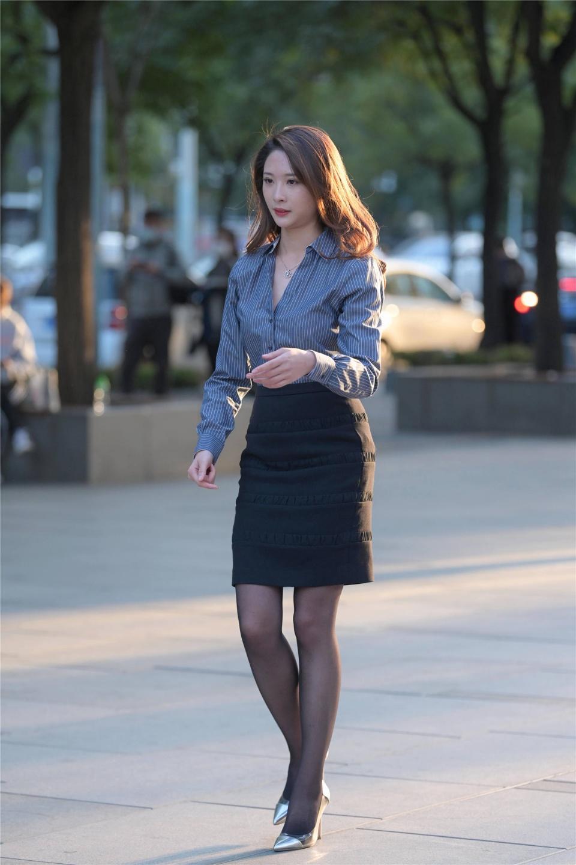 时尚的姑娘,秋天的搭配要选择一双尖头细跟鞋衬托,时尚还显气质