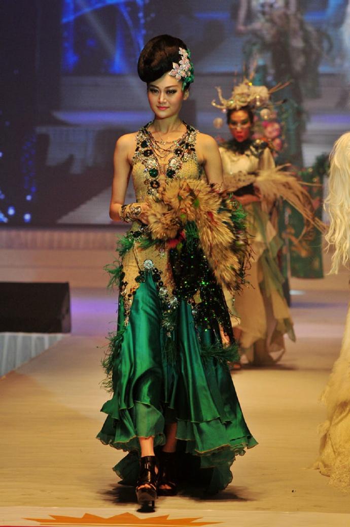 时装融合异域风情与现代时尚交融