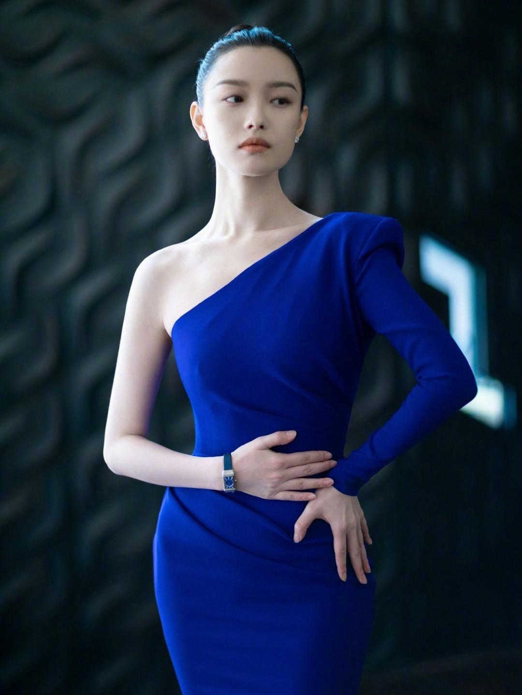 倪妮一袭斜肩蓝裙尽显独特气质,丸子头显得简洁干练