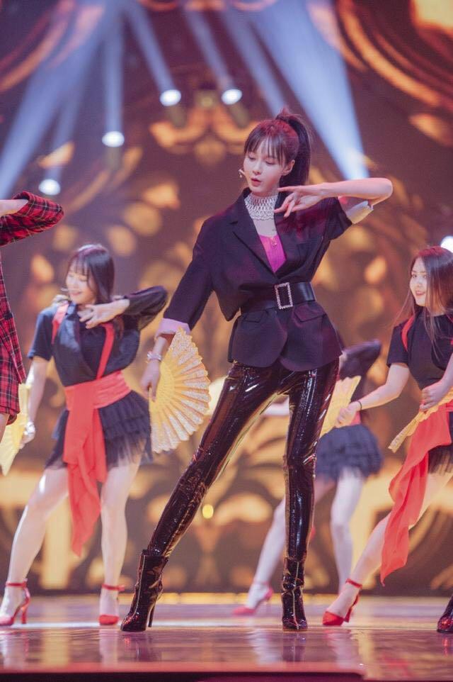 沈梦辰舞台献唱,小西服配液体裤,风格性感又时髦