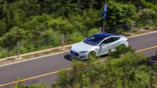 自动驾驶去跑山 试特斯拉Model S P90D