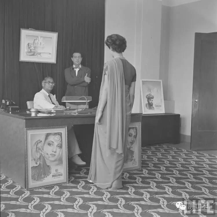 65年前印度导演面试女演员,穿着前卫,当众更衣