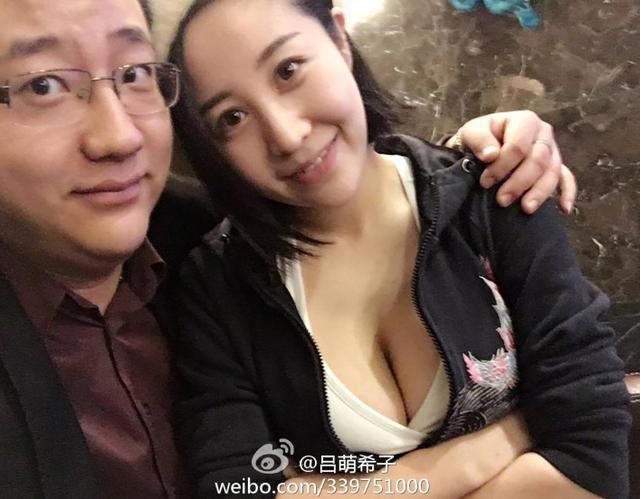 """""""最胸""""台球美女裁判晒新年照片,大秀事业线"""