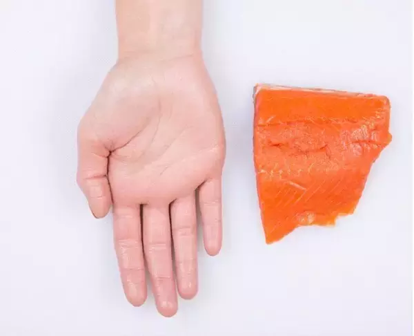 这是指鲑鱼,鲭鱼和沙丁鱼之类的鱼肉。