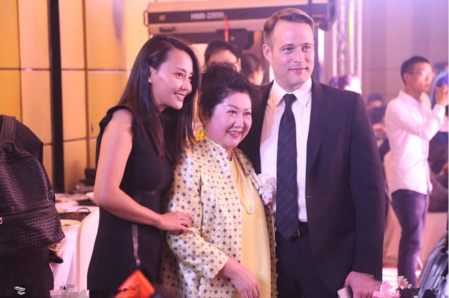 吴奇隆39岁前妻马雅舒近照,嫁给老外后越来越美,混血儿女萌了