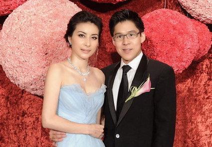 郭晶晶、霍启刚为慈善宣传,结婚4年恩爱如初,让人羡慕!