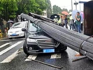 """5吨钢筋当头劈下,哈弗H2车主险遭""""爆头""""!"""
