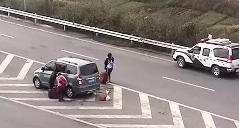 窄小斜位停车技巧图解