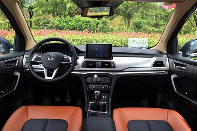 比宝骏730配置高,动力稍逊,不像面包车的7座MPV可选它