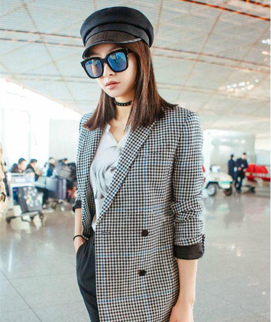 宋茜机场街拍,lob头弄成了齐肩直发,戴上帽子时髦干练,格子外套也是图片