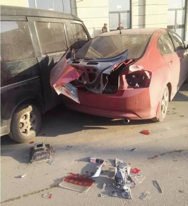 他连撞27车,有路虎、奥迪!最后自己从楼上跳了下来