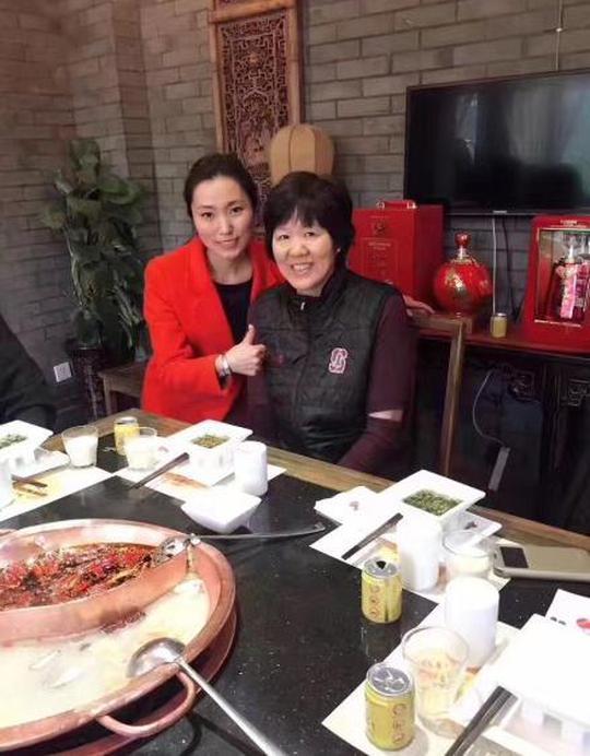 郎平在四川旅游:吃火锅、代言郎酒、参观乐山大佛!