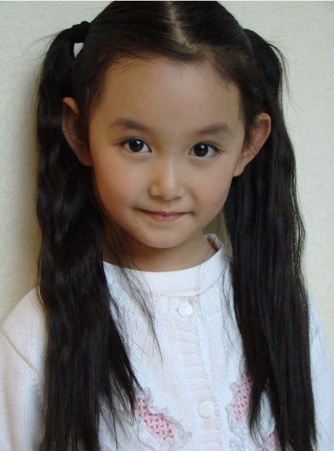小时候的蒋依依机灵可爱像个小人精招人疼