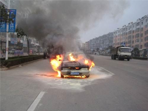 消防员支招:爱车突然着火怎么逃生救车!