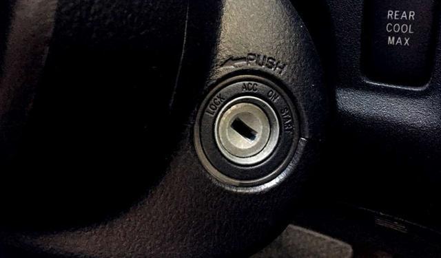 启动引擎时,钥匙是一次转到底还是分段转呢?