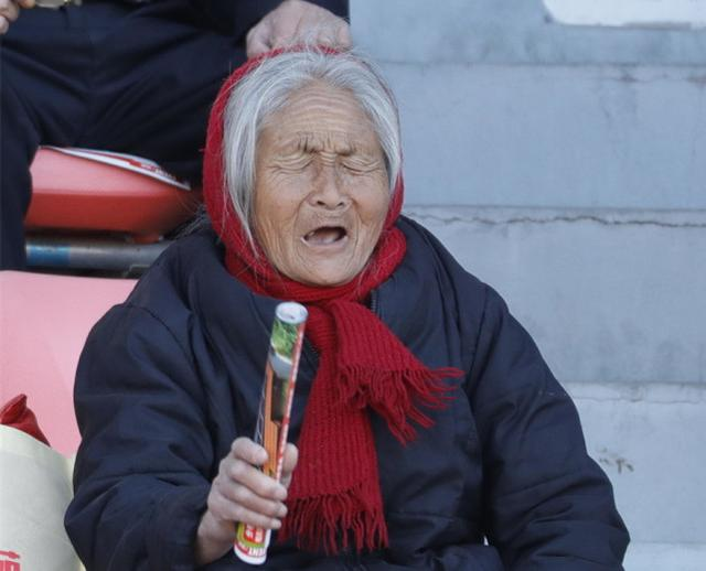 满头白发老太太