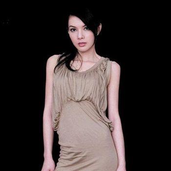 美貌不输刘涛,嫁豪门似贾静雯,独自抱着女儿离场