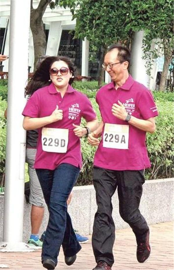 刘璇当妈仍能劈叉 伏明霞嫁大26岁老公都跑不动了