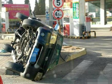 大连一SUV轿车被出租车撞翻 临近加油站情况危急