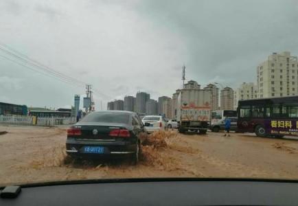 """大连振兴路水管爆裂 路面成""""黄河""""交通受阻严重"""